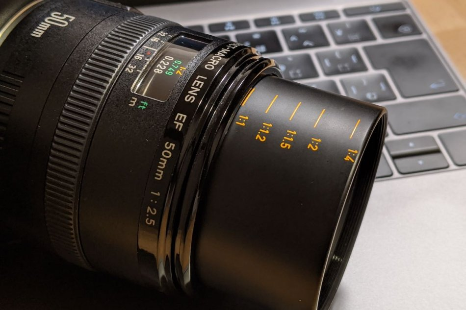 EF50mm F2.5 Compact macro barrel, the shooting magnification when the life size converter EF is installed is printed.