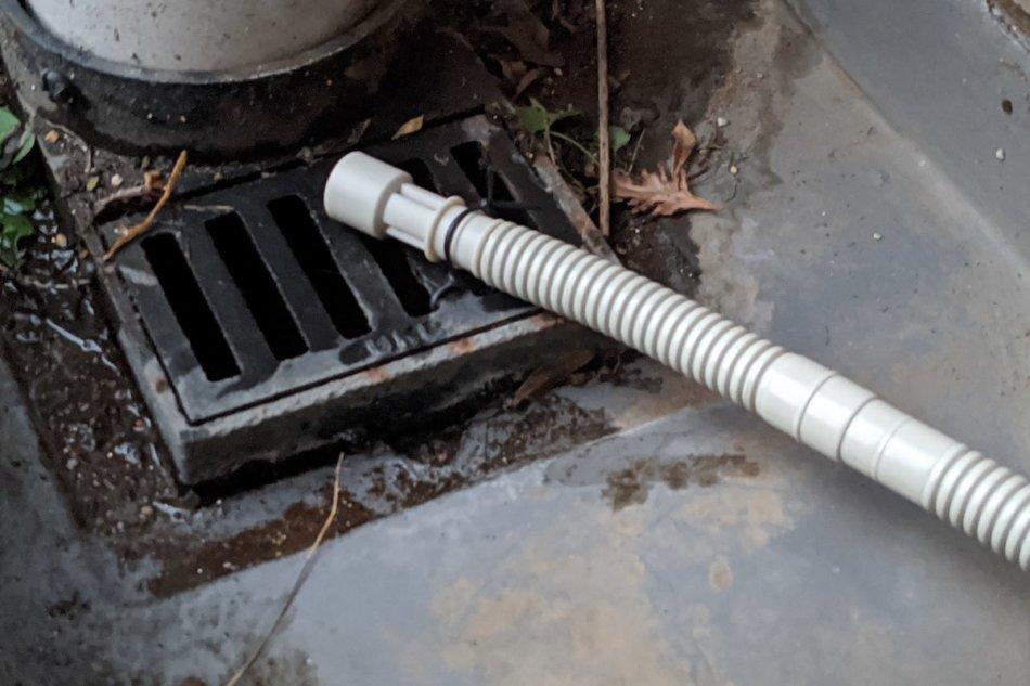 エアコンのドレンホースを延長:ダイレクトに排水口へ