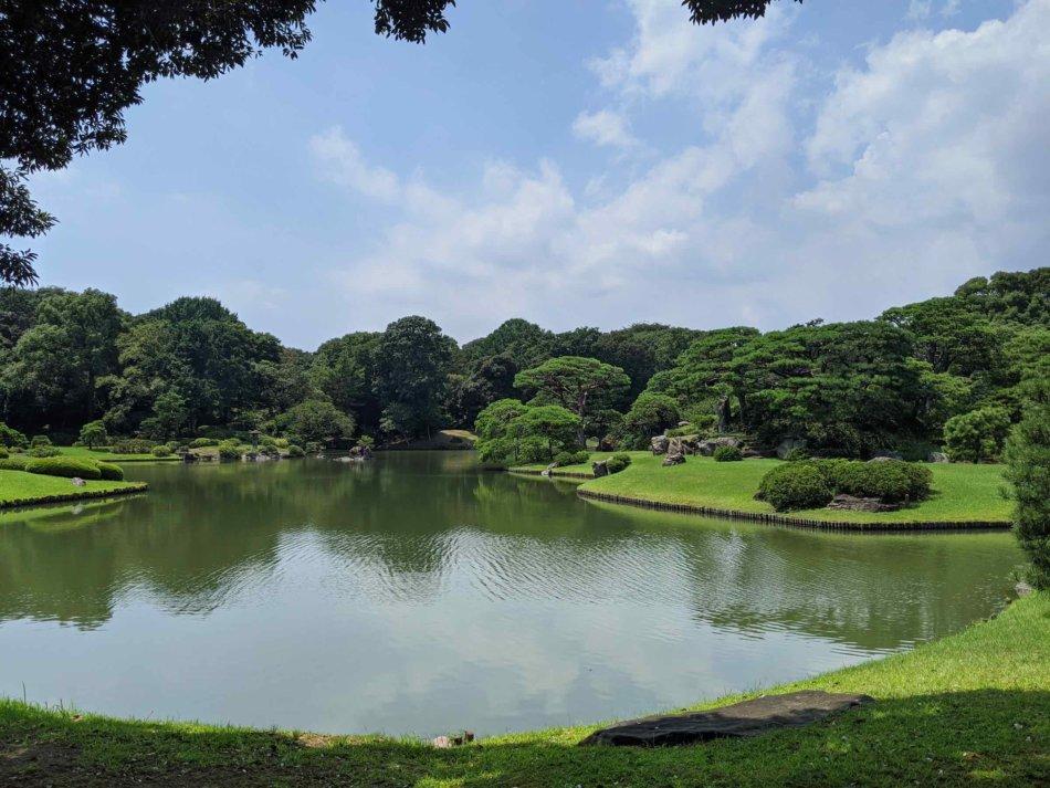 六義園:出汐湊から眺める池