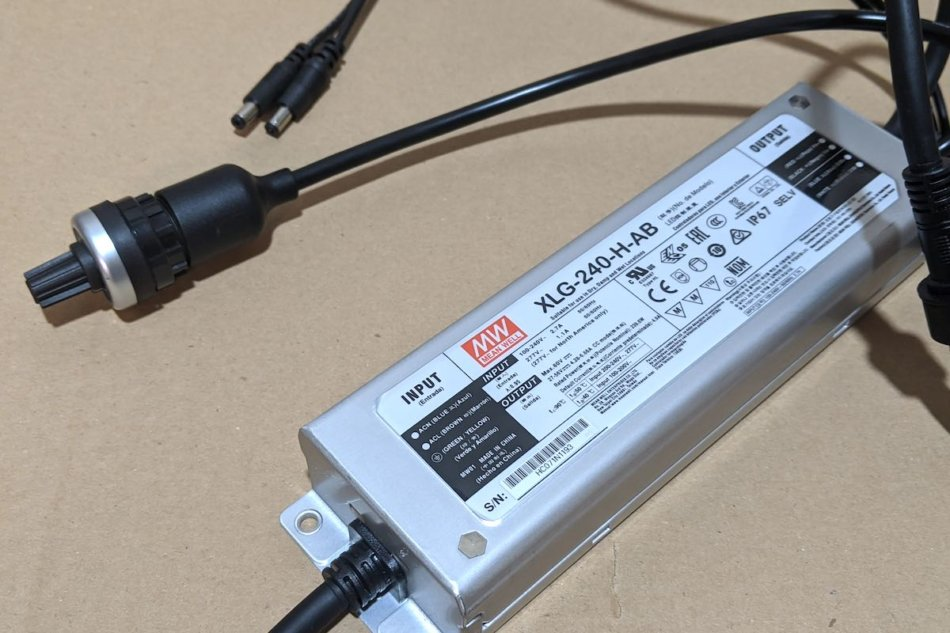 LEDライト用の電源。MEAN WELL Driver XLG-240-H-AB