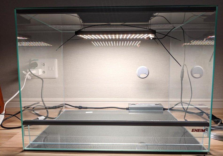 水槽へ植物用LEDパネルを設置