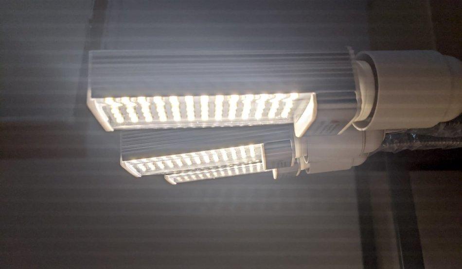 OUMMET 3本アーム型 65W 植物育成LEDライトの点灯