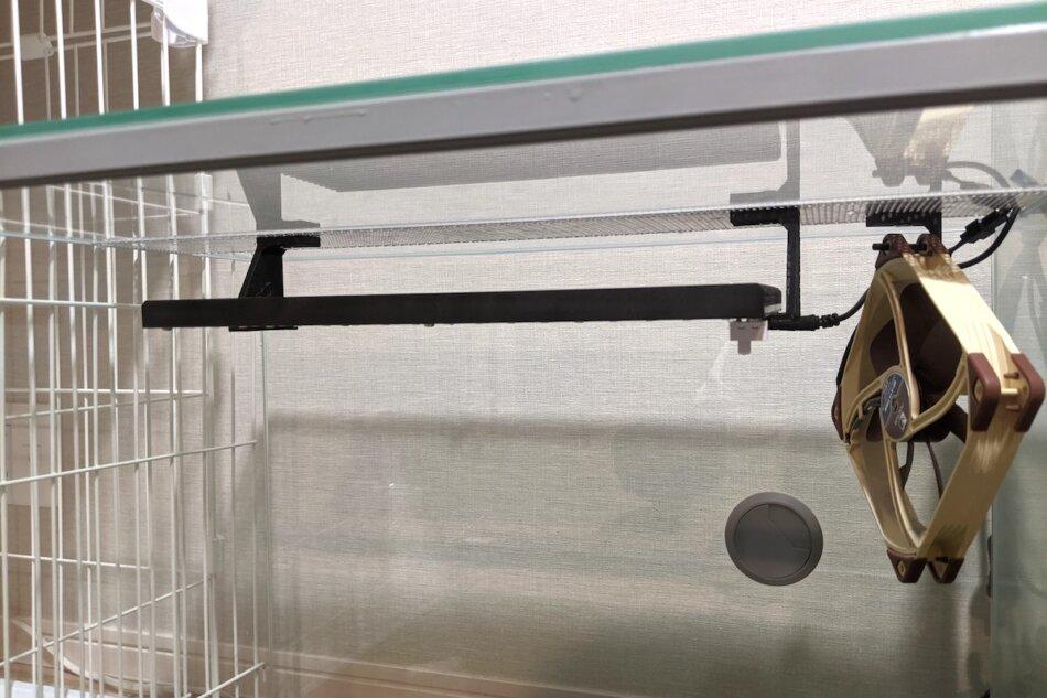 レプタイルケージのアルミメッシュ部分に穴あけ加工