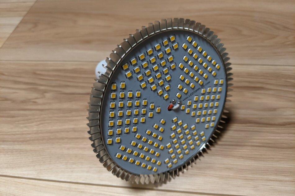 SINJIAlight 120W(暖色系)の外観、LED部分